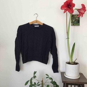 mörkblå långärmad kort stickad tröja från american apparel. storlek M. fint skick! frakt ingår!