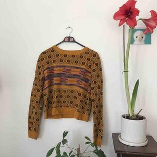 oversized långärmad kort stickad tröja från urban outfitters. storlek S. fint skick! frakt ingår!