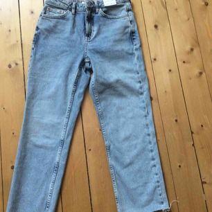 Mum jeans med hög midja. Cropped modell aldrig använd. Nypris 480kr