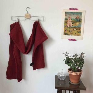 ylle, kaschmir halsduk. jättefint skick, jättefin röd färg. från marc o'polo. frakt ingår.