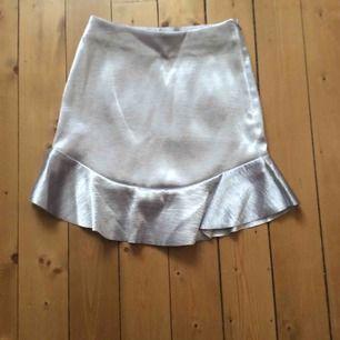 Söt kort kjol i silver