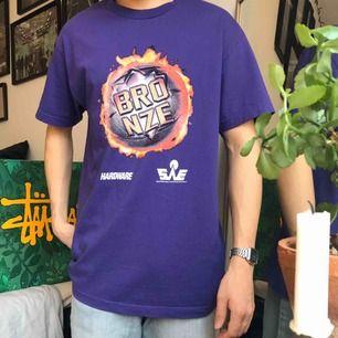 Sjukt häftig T-shirt från skatemärket Bronze56k! 🔮 Använd 1-2 gånger så i nyskick, retail 450kr! Storlek Large ganska stor i storlek! Säljes för 350kr, möts i Stockholm eller lägg till för frakt ✌🏻📦💥