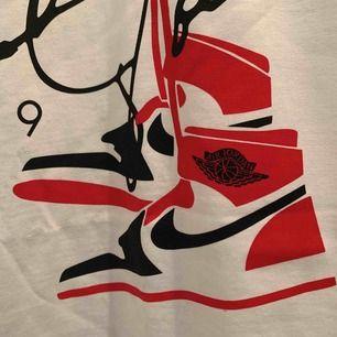 Helt ny Jordan air T-shirt! Limited edition så de finns inte många av de, jag köpte den för 900kr. Sjukt snygg men passar inte min stil!