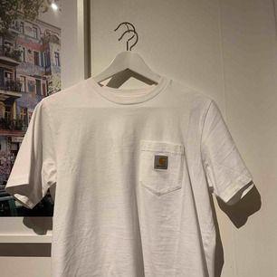 Helt oanvänd carhartt T-shirt! Sjukt snygg men kommer inte till användning. Nypris vad 450kr.