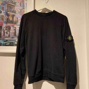 Äkta stoneisland tröja köpt på man of kind i somras för 2500kr. Kommer inte till användning därför säljer jag. Super snygg o skön.