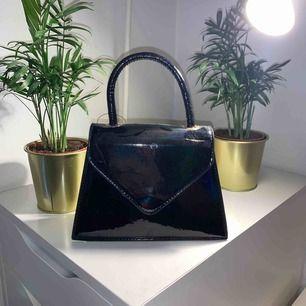 Sjukt snygg handväska i lack! Aldrig använd. Köpte den för ca 500kr.