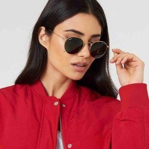Äkta Rayban solglasögon - använda en gång - säljes då jag inte tycker de passar mitt ansikte - Gåva, därav kan jag ej lämna tillbaka  - Original pris: 1549kr - Möts upp i sthlm eller 49kr i frakt