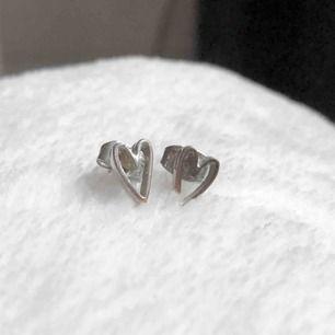 Silvriga örhängen formade som hjärtan. Köparen står för frakt 🥰