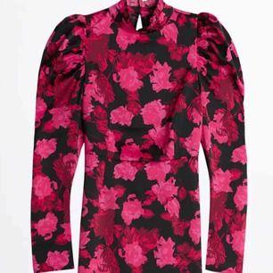 Säljer denna populära klänning som är slutsåld överallt. Använd en gång, köpt för 600kr. Storlek 34! I siden material, formar höfterna!