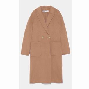 Säljer denna kappa från Zara som sålde slut så fort den kom in. Knappt använd, beige XS. Köpt för 1495kr.