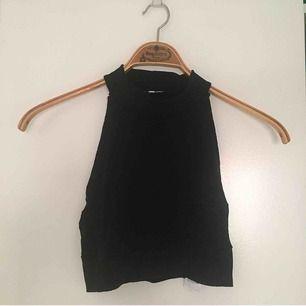 Jättefint svart, ribbat linne från Chiquelle!
