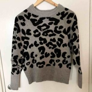 Stickad tröja med leopardmönster i nyskick. Använd endast en gång. Köparen står för frakt 🥰