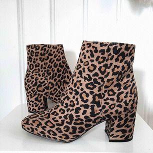 Suuupersnygga boots ifrån Nelly! Säljer pga kommer ej till användning! Det är storlek 40 men dem är ganska små i storleken. Köpare står för frakt💗