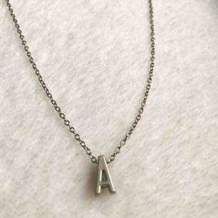 Silvrigt halsband med ett A. Använt ett antal gånger men inget som märks. Köparen står för frakt 🥰