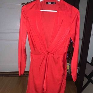 Rosa röd ur fin klänning från nellycom, storlek 34! Använd 1 gång!  Frakt tillkommer