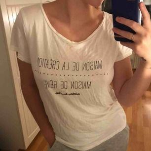 Vit t-shirt i tunt material. Kan fraktas för 30kr eller hämtas i bunkeflostrand 🤍