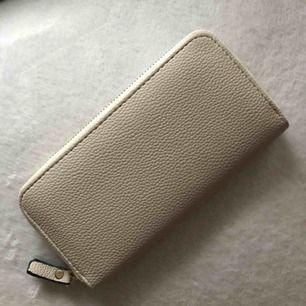 Beige plånbok med mycket plats för både kort och mynt. Aldrig använd. Köparen står för eventuell frakt 🥰