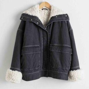 Denim faux sherling jacket från &Other Stories, strl 36. Använd några gånger, men fint skick! Nypris ca 1500kr 🤍