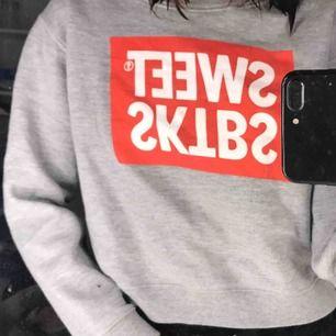 En tröja köpt ifrån Junkyard om jag inte minns helt fel! Väldigt fint skick då jag knappt använt den. Kan skickas mot fraktkostnad