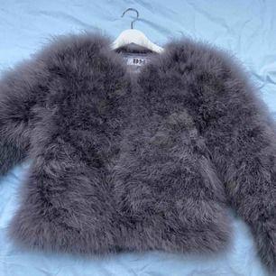 En fluffig och lite  lyxigare pälsjacka från Dennis Maglic😍 ordinarie pris 1299kr, jag säljer min jacka för 600kr (mindre än hälften så dyrt). Jackan är förövrigt aldrig använd och även därför den säljs😘. Storlek XS och frakten står du för!
