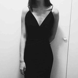 En super fin svart långklänning. Endast använd en gång under en balkväll. Kan skickas mot fraktkostnad:)