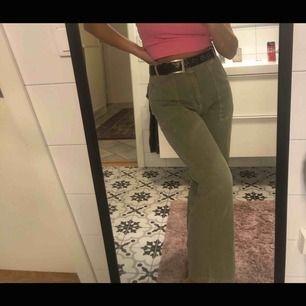 Säljer dessa skitsnygga raka byxor köpta på Gina, de är väldigt bra kvalitet och knappt använda. Säljer tyvärr då de är förstora för mig :( pris kan diskuteras