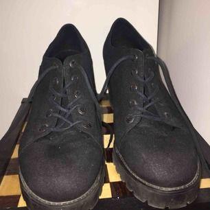 Skor med snörning från Vagabond. 8 cm hög klack. Knappt använda och i så gott som nyskick.