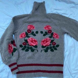 Stickad tjocktröja med fint mönster som passar perfekt nu på vintern och hösten!🤗 tröjan kommer från ginatricot och är i Storlek XS. Du står för frakten💘