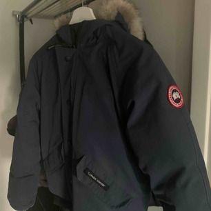 Canada Goose Rundle Bomber | 8/10, självklart äkta |Sitter som en XS för herrar | Kan skicka mer bilder vid behov | Nypris ca 6500kr | Pris kan diskuteras vid snabb affär | Meet-up sker i Karlstad