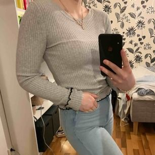 Fin ribbad tröja från HM. Strl xs men då den är stretchig skulle jag säga att den passar XS-M! Superfin svart volanglinje nertill och på ärmarna.  Kan mötas upp i Växjö annars står köpren för frakt 💖