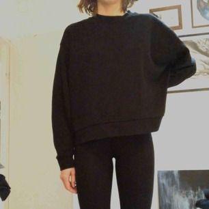 Huge cropped sweatshirt i svart från Weekday. Har även en i S som jag säljer för samma pris. Möts i Stockholm eller skickar mot frakt!