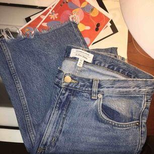 Suuperfina jeans från &other stories som tyvärr blivit för små! Fransiga längst ner 💞 Möts upp i Stockholm annars står du för frakt :)