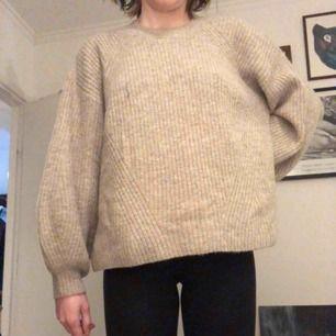 Stickad tröja med ballongärmar från Weekday. Möts i Stockholm eller skickar mot frakt!