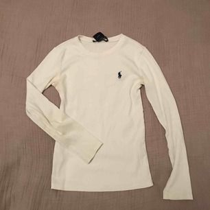 En jätte fin polo tröja som är väldigt stor i storleken. Säljer för har tröttnat på den. Använd flertal gånger men i bra skick!