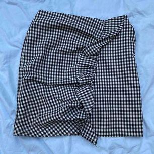 Fin kjol men en stor volang detalj! Köpt på Gina Tricot i storlek 34!🤗frakten står du själv för💘