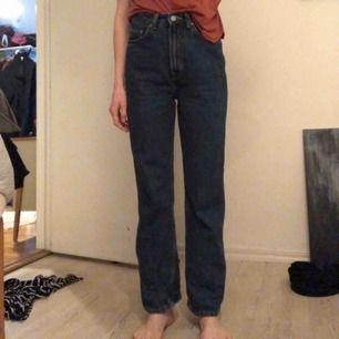Row jeans från Weekday, raka med hög midja. Möts i Stockholm eller skickar mot frakt!