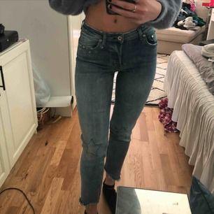 Stretchiga jeans från H&M med stjärndetaljer. Säljer då dom inte kommer till användning längre. Kan mötas upp i Göteborg:) Frakt ingår i priset🥰
