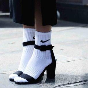 Säljer två par helt oanvända Nike strumpor