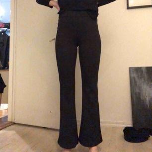 Utsvängda stretchiga byxor från Weekday, använda en gång. Möts i Stockholm eller skickar mot frakt!