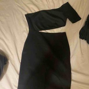 En klänning som jag köpte av Linn Ahlborg som är ifrån Rebecka Stella. Skit snygg men är tyvärr förstor för mig. Prislappen kvar