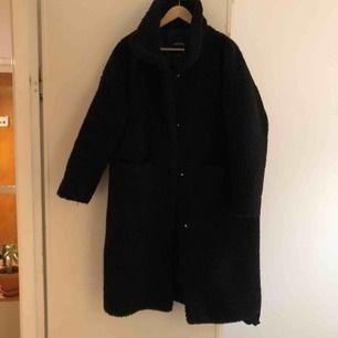 Long teddy coat från Monki i svart. Köpt denna säsong, använd fåtal gånger. Möts i Stockholm eller skickar mot frakt!