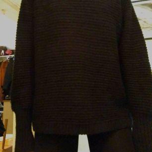 Stickad tröja från Weekday i svart. Möts i Stockholm eller skickar mot frakt!