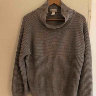 Stickad, mysig tröja från Monki i grått. Möts i Stockholm eller skickar mot frakt!
