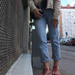 Ljusblå raka jeans , från Cubus. Avklippta längst ned, går att vika upp eller ha så. Hög midja, tightare vid lår och rumpa samt raka vid vaderna. 🤍