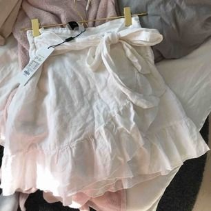 Jättefin kjol ifrån Neo Noir. Aldrig använd, lappen är kvar. Säljer eftersom att den inte är min stil. Den är i helt nyskick. Priset kan sänkas.