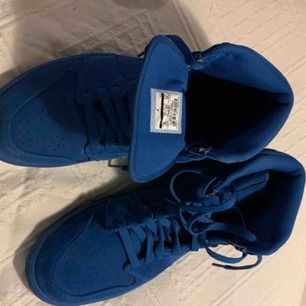 Blåa Air Jordan använda 2 gånger inomhus