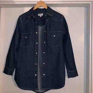 En otroligt snygg jeansskjorta från Weekday. Användes endast 1 gång. Passar även S/M.