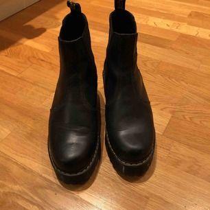 Dr Martens Rometty boots. Köpta i höstas och använda fåtal gånger. Nypris 1900kr. Möts i Stockholm eller skickar mot frakt!