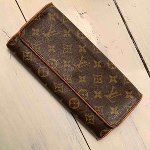 Vintageväska från Louis Vuitton. Liten sliten på sidorna men inget som stör väskans utseende.