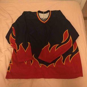 säljer denna new Jersey tröja, storlek XL och använd 2 gånger ungefär! köpt på plick men i nyskick